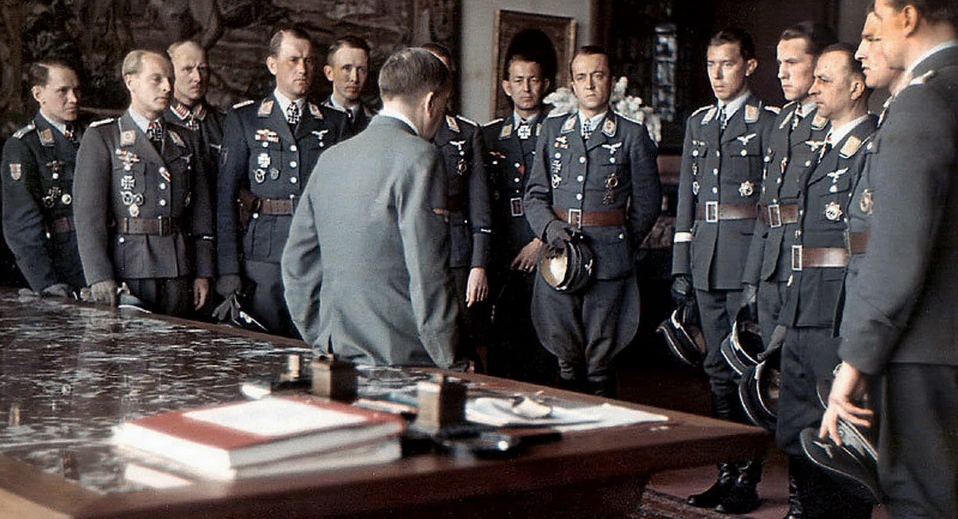 Гитлер в окружении своих генералов