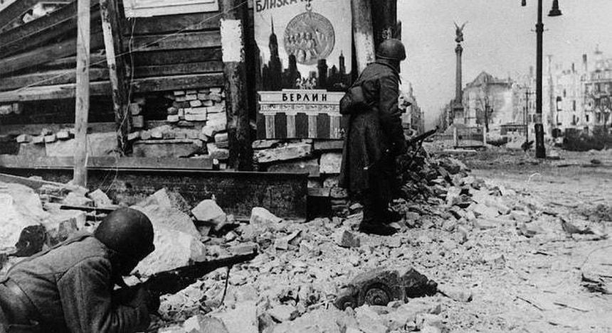 Советские солдаты штурмуют Берлин