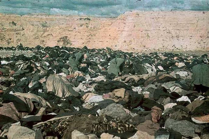 Немецкие солдаты роются в вещах убитых в Бабьем яру