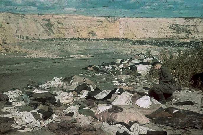 Брошенная одежда убитых в Бабьем яру. Октябрь 1941 г.