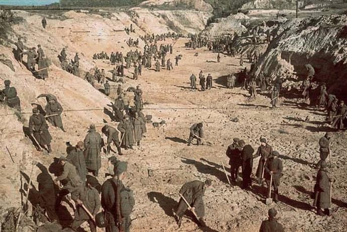 Советские военнопленные закапывают тела в Бабьем яру. Октябрь 1941 г.