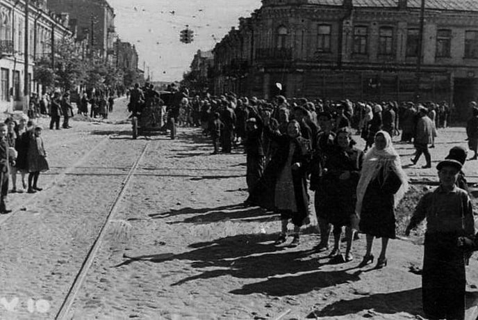 Некоторые горожане Киева встречали немецкие войска с воодушевлением