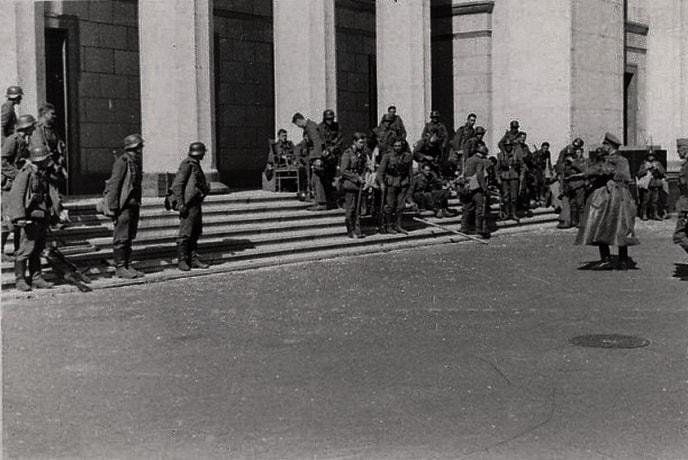 Немецкие военные на лестнице одного из зданий