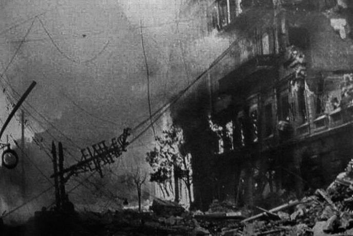 После взрывов в Киеве огонь охватил десятки домов