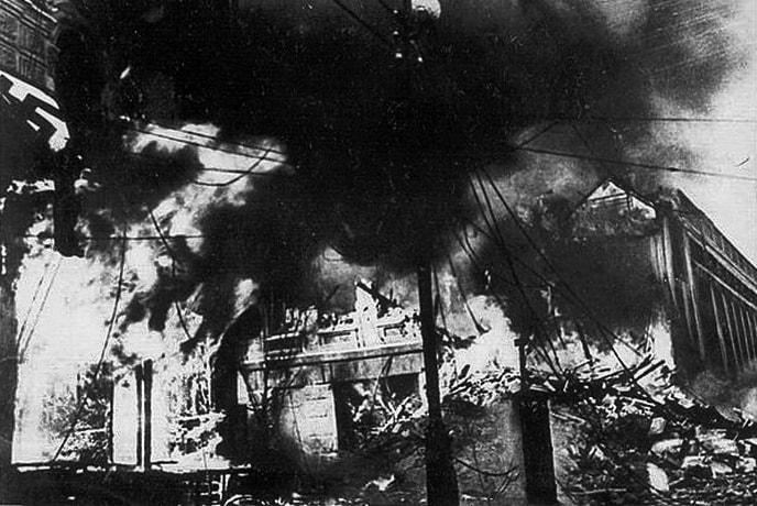 Еще одно здание на Крещатике, охваченное огнем