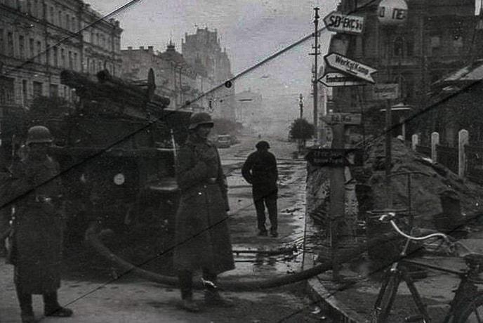 Немецкий солдат у пожарного крана в Киеве