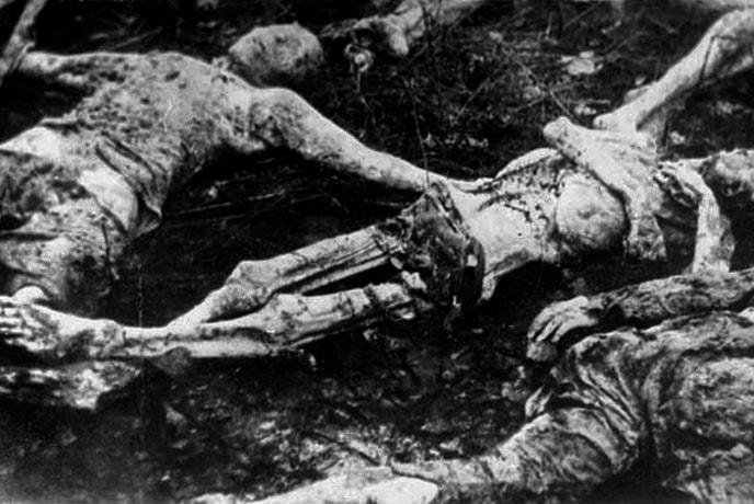 Тела умерших пленников лагеря в одной из общих могил