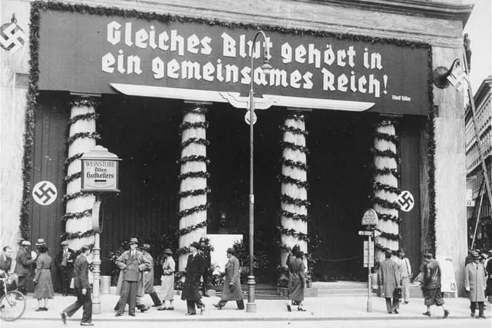 Loos House banner: GLEICHES BLUT GEHORT IN EIN GEMEINSAMES REICH