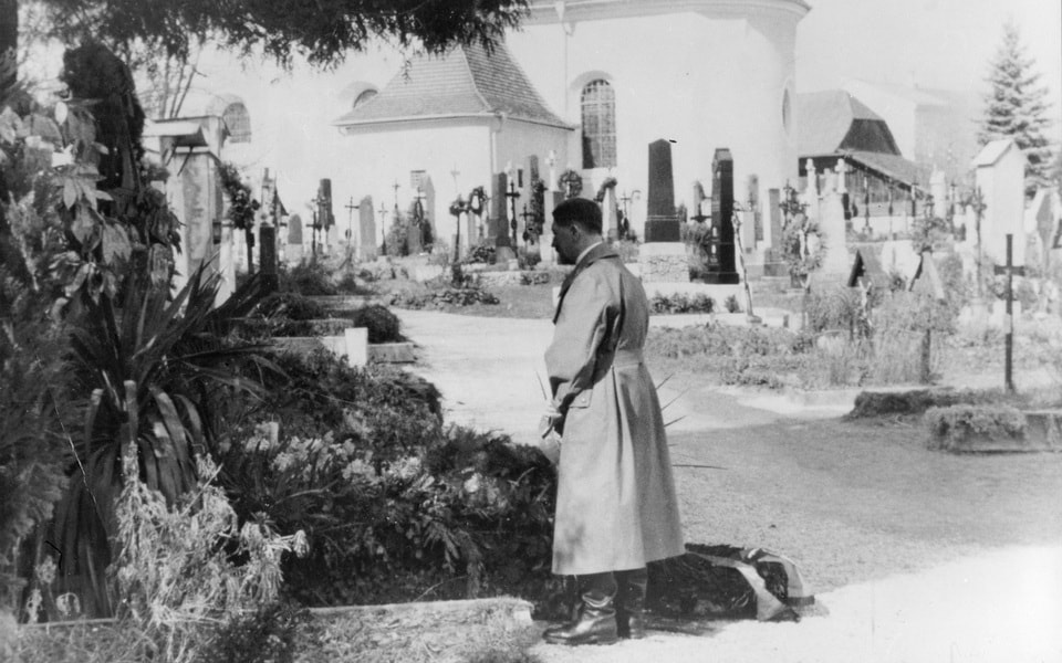 Adolf Hitler on the graves of his parents
