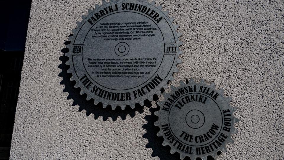 Табличка у входа на Фабрику