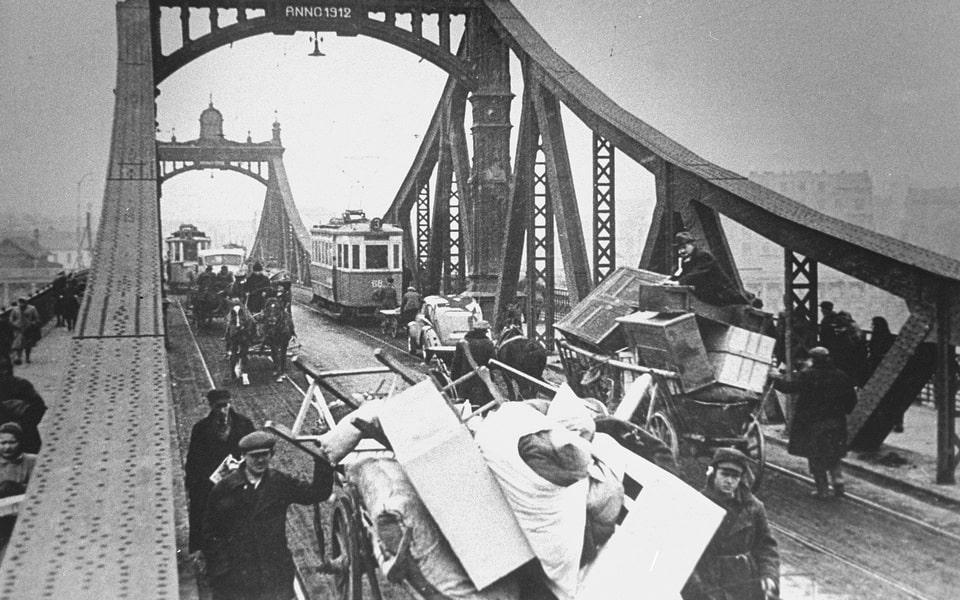 Moving to Krakow ghetto 1941