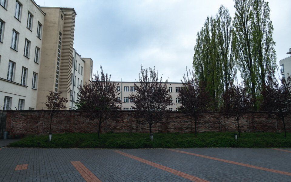 The wall behind the modern Stawki 10 building