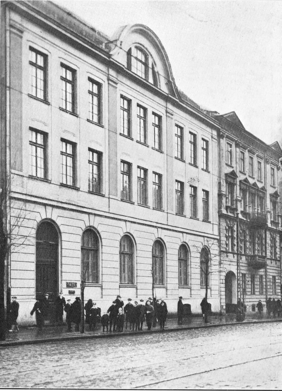 AN EXPULSION: CHLODNA 33 in Warsaw