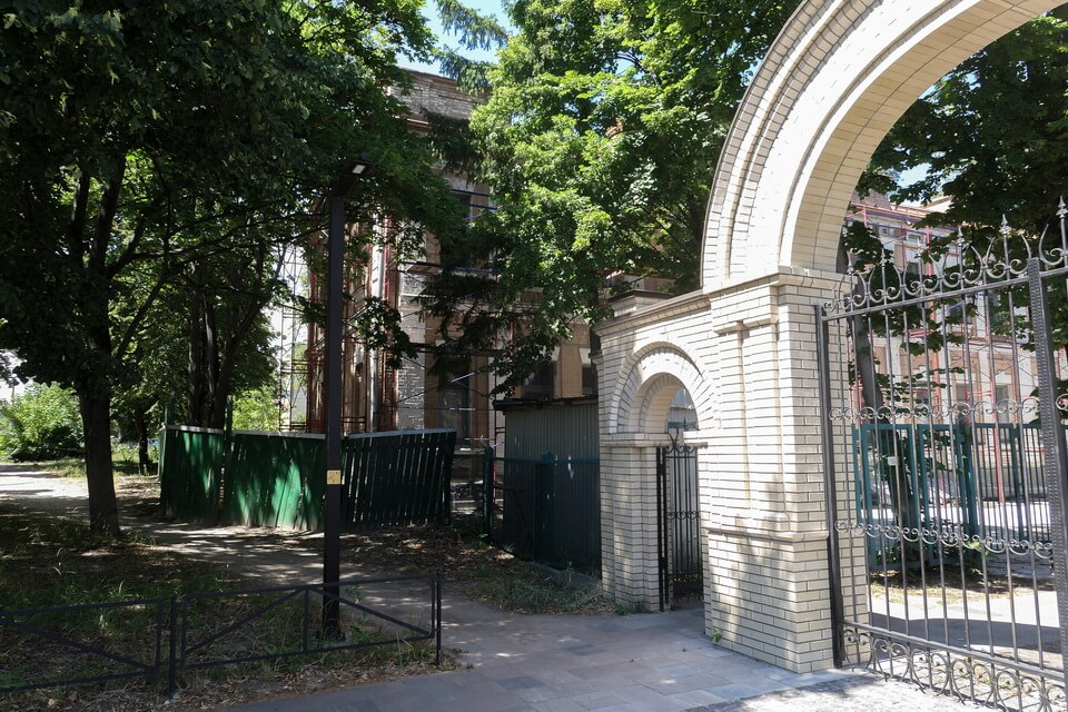 The main entrance to the Jewish cemetery in Kiev