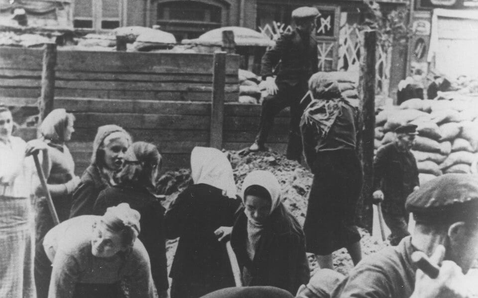 Kievans forced to demolish the previously dug barricades 1941