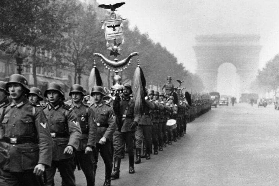 German soldiers on a march lengthwise avenue des Champs-Élysées