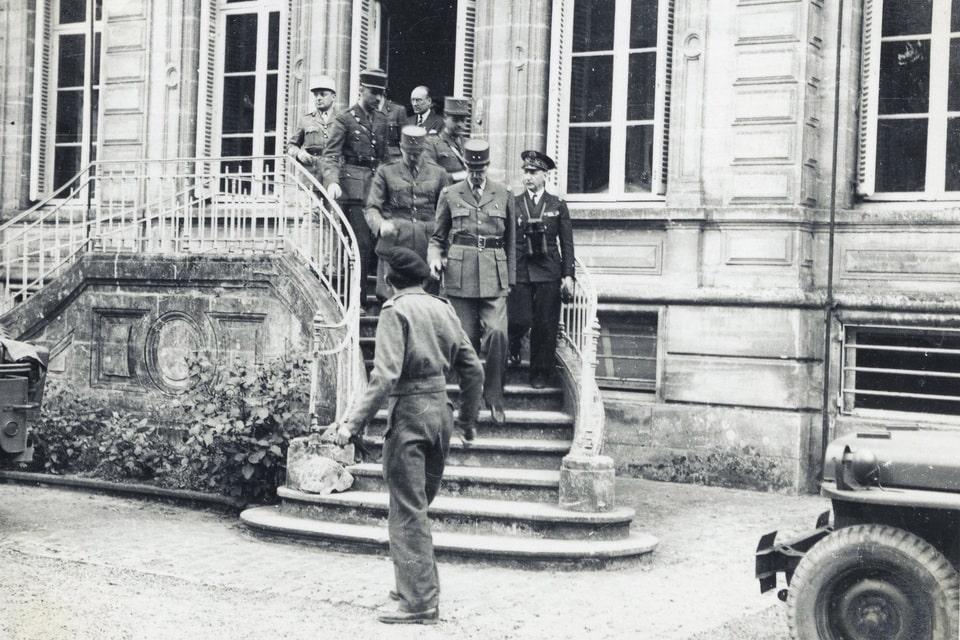 De Gaulle leaves the building of 'Préfecture de police' Bayeux