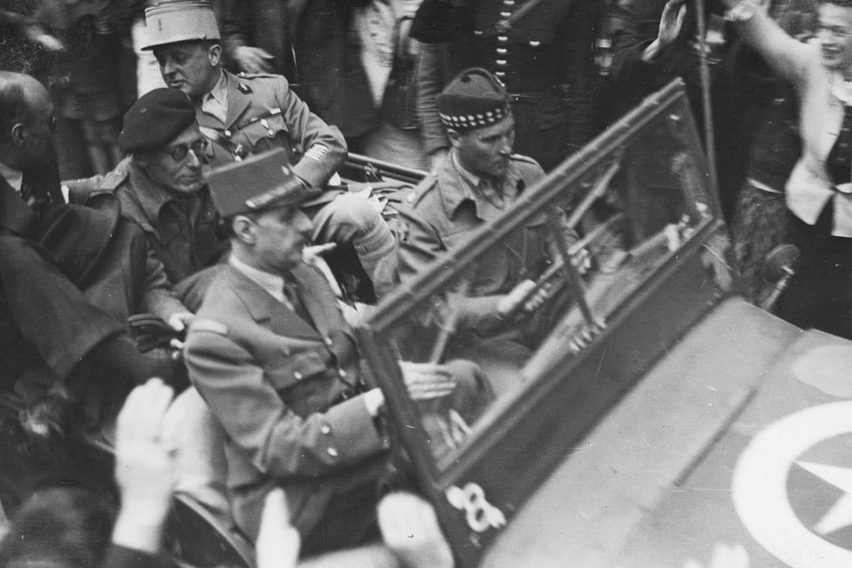 De Gaulle and major Louis Sanderson at the streets of Bayeux