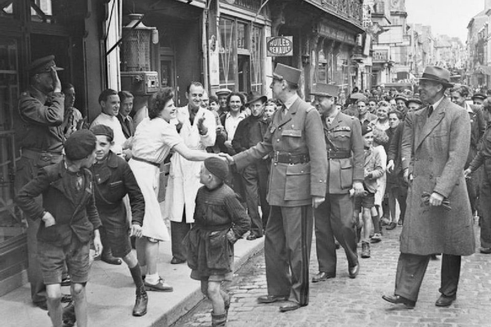 De Gaulle gets encounters with citizens of Bayeux