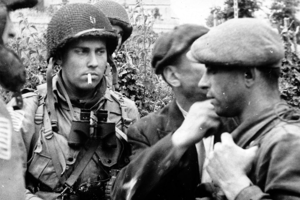 The American soldiers speak to the Resistance fighters in Normandy 1944