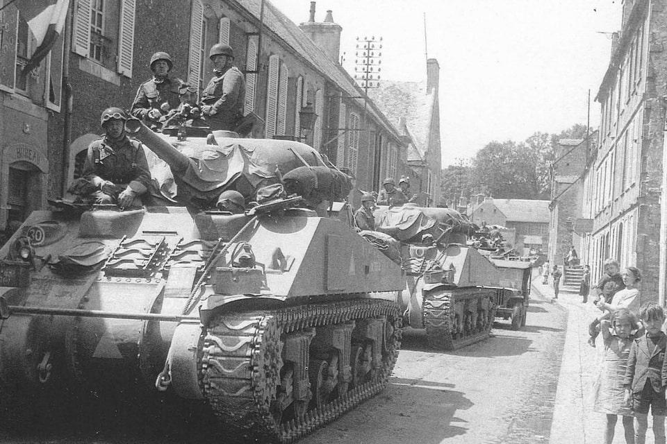 Sherman tanks passing through Bayeux оп 7 June 1944.
